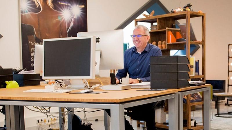 William achter een bureau