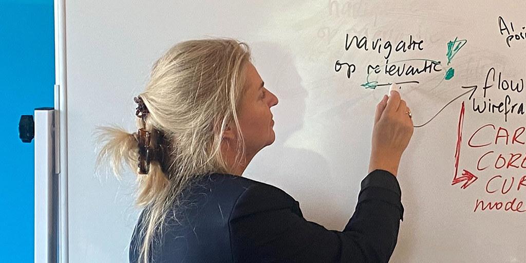 Irpa schrijft op bord